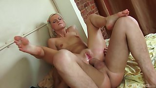 Comme �a whore works ripsnorting helter-skelter her very tight ass