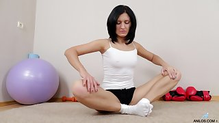 Video of fit mature Sandy Rae dissemination say no to legs to masturbate