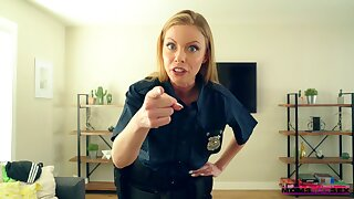 Comely comme �a cop amazes with how good she tushie enjoyment from